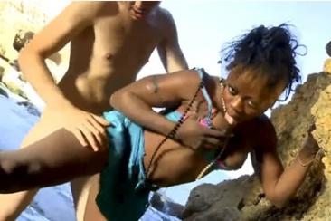 Fekete amatőr pina kefél nyilvános helyen